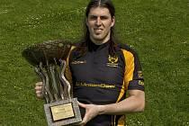 PETR ČÍŽEK s trofejí pro vítěze základní části KB extraligy.