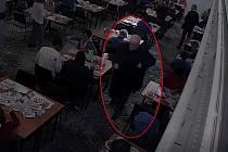 Muž podezřelý z krádeže kabelky.