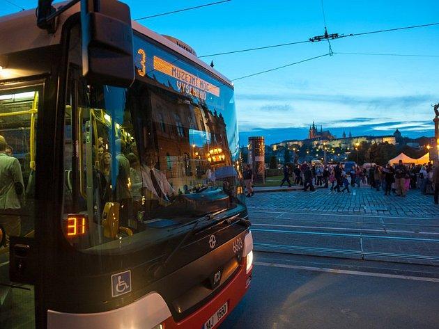 Autobus pro návštěvníky Pražské muzejní noci.