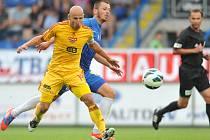 Patrik Gedeon válí ve fotbalové Synot lize i se čtyřmi křížky na zádech.