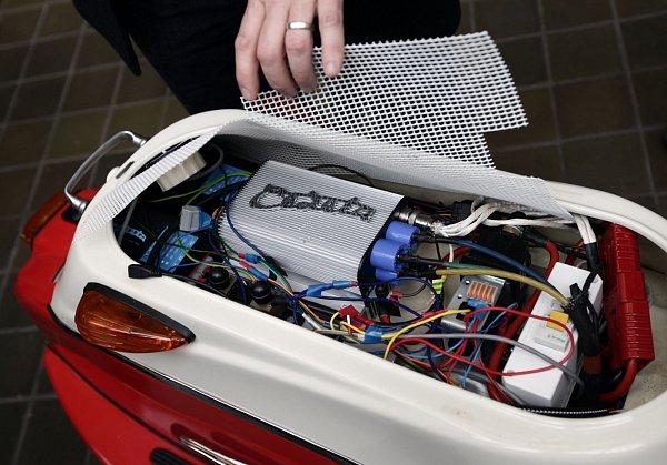 Představení designového elektrického skútru Čezeta 506,který se vrací vmodernizované podobě. Čezetu představil její britský konstruktér Neil Smith.