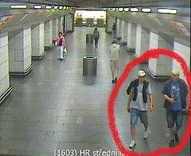 Sprejeři zastavili metro na Hradčanské