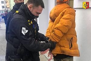 Policie dopadla muže, který nožem ohrožoval ženy v Praze.