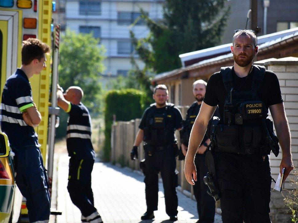 Pobodaný muž z libušské ubytovny zemřel, podezřelého policisté zadrželi.