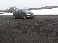 Poškozená silnice u Úval.