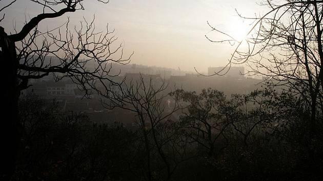 Smog nad Prahou v pondělí 14. listopadu.