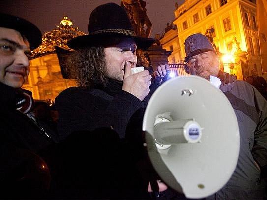 Skupina příznivců monarchie Rakouska-Uherska. Na snímku (uprostřed, s megafonem) hlavní organizátor akce Petr Placák.