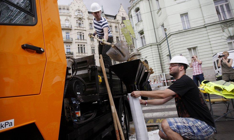 Na Žofíně během dne probíhal program s ukázkami integrovaného systému. Na snímku soutěží redaktoři Pražského deníku v soutěži stavění bariéry.