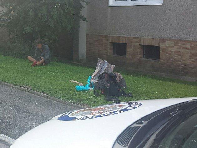 Pracovníci bezpečnostní agentury zajišťující ostrahu objektu v Komornické ulici v pražských Dejvicích v pátek ráno zadrželi muže podezřelého z krádeže měděných plechů a trubek.