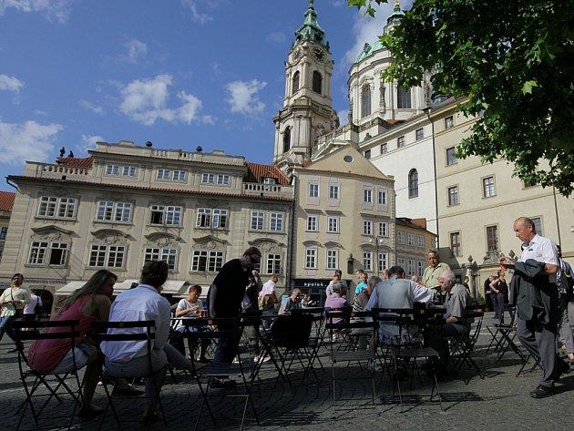 Židličky a stolky na Malostranském náměstí.