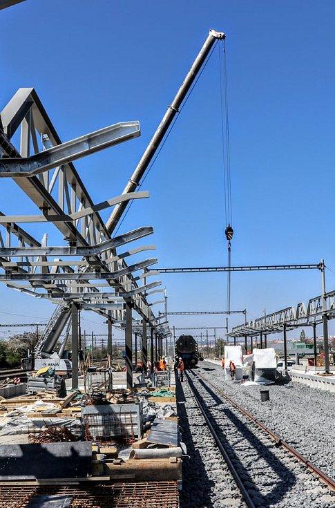 Do nového mostu přes Průběžnou ulici byly instalovány eskalátory, které povedou k železniční zastávce Praha-Zahradní Město.