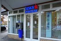 MÍSTO ČINU. Přepadená pobočka České spořitelny v Křenové ulici se nachází v bezprostřední blízkosti přeplněného nákupního centra.