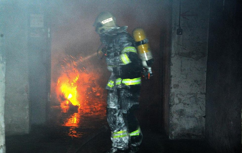 Bez zranění se o svátečním víkendu obešel požár, který v noci na sobotu přinesl rozruch v Kolbenově ulici v pražských Vysočanech.