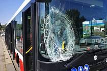 Při srážce autobusu s chodcem 13. srpna 2021 v ulici Jana Želivského byli zraněni dva lidé.