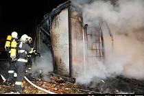 JEDEN MRTVÝ, TŘI ZRANĚNÍ. To je bilance  požáru, který ve středu ráno likvidovali hasiči v areálu nádraží Bubny.
