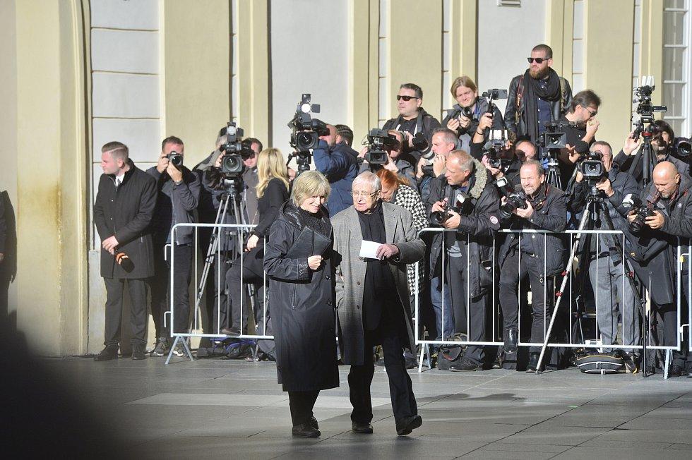 Ve svatovítské katedrále se koná zádušní mše za Karla Gotta, kam mohou jen pozvaní hosté. Jiří Suchý a Jitka Molavcová