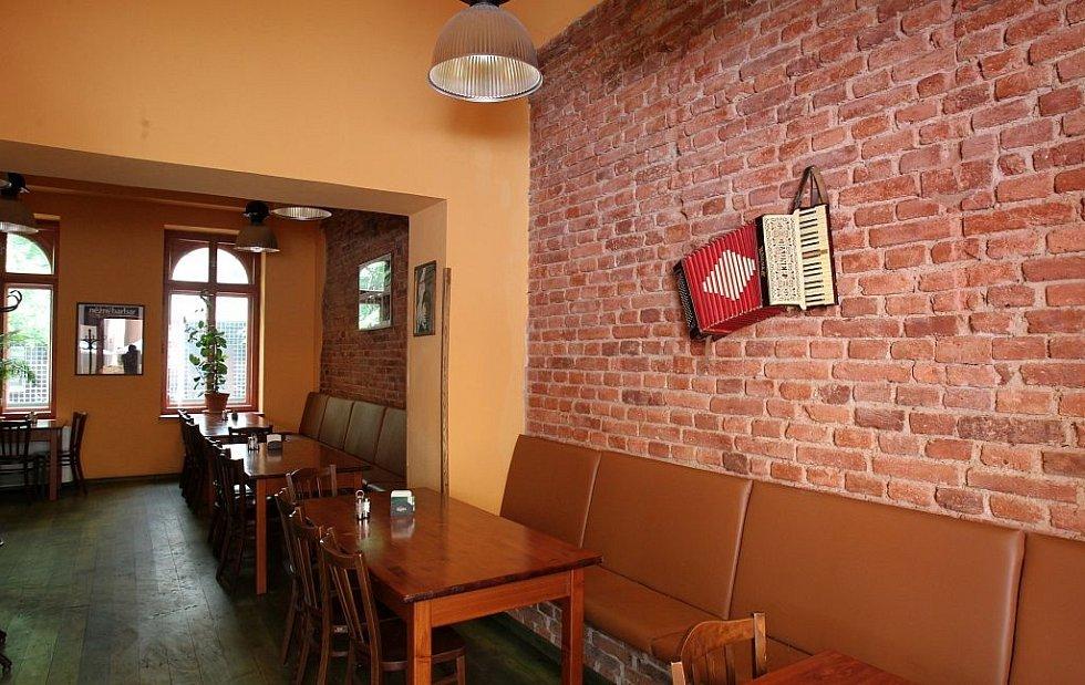 Pražská restaurace Hlučná Samota se stala populární díky návštěvě poslance Miroslava Kalouska (TOP 09), který si v zavřeném podniku dal pivo.