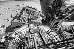 Výhled – Podobný výhled na Malostranské náměstí mohli mít agenti StB z vedlejší věže kostela sv. Mikuláše. Fotka byla pořízena v roce 1963 během restaurování kostela.