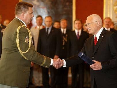 Prezident republiky Václav Klaus jmenoval na Pražském hradě při příležitosti státního svátku dne 8. května nové generály Armády České republiky. Na snímku jmenuje generálem Františka Hrabala vlevo.