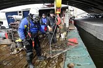 Potápěč se  v Praze připravuje na ponor, při němž bude vytahovat předměty ze dna Vltavy u náplavky Rašínova nábřeží u Jiráskova mostu.
