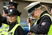 Studenti Vyšší policejní školy a Střední policejní školy z Hrdlořez se učili řídit dopravu na křižovatce ulic Táborská a Lounských.