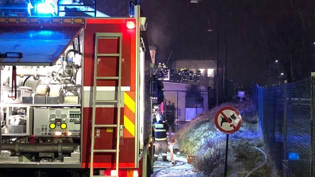 Požár lakovny autoservisu vPrůmyslové ulici.