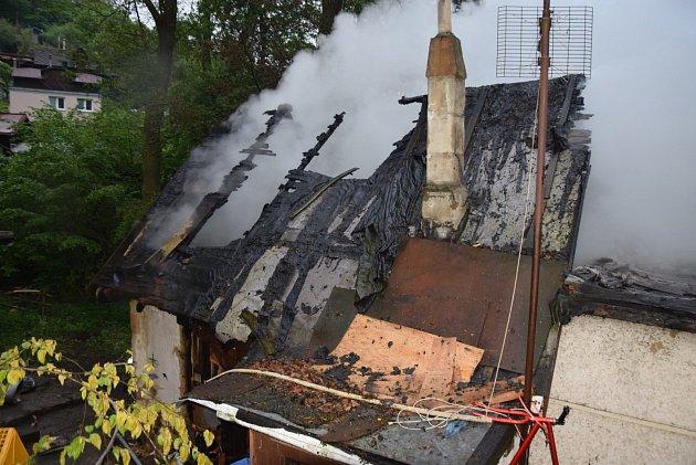 Rozsáhlý požár chaty vlese nedaleko jarovské hospody uDolních Břežan na Praze-západ likvidovali vneděli večer hasiči zokolí metropole izhlavního města. Po 19.hodině se kohni sjely profesionální jednotky zJílového, zŘíčan izpražského Radotína,