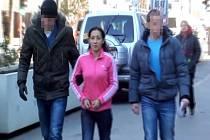Zadržená zlodějka v doprovodu kriminalistů v civilu.