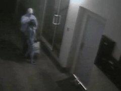 Policisté ve středu zveřejnili kamerové záběry z místa činu a žádají veřejnost o pomoc při identifikaci útočníka. Jakékoli poznatky k případu jsou vítány na lince 158.