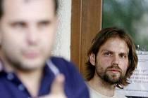 NEVZDÁVÁ SE. Původní majitel bytu Pavel Kačírek (na snímku vpravo) podal na dražbu svého bytu žalobu a požádal o předběžné nařízení.
