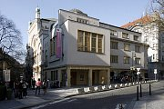 V roce 1935 byla k synagoze přistavěna podle projektu architekta Karla Pecánka funkcionalistická budova, která do druhé světové války sloužila jako nemocnice. Synagoga zde měla vestibul a zimní modlitebnu a v této podobě zůstala dodnes.