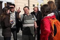 Miroslav Prokeš, který více než půlstoletí provází v Praze turisty v angličtině, němčině, ruštině a švédštině a je členem výboru profesního spolku Asociace průvodců ČR.
