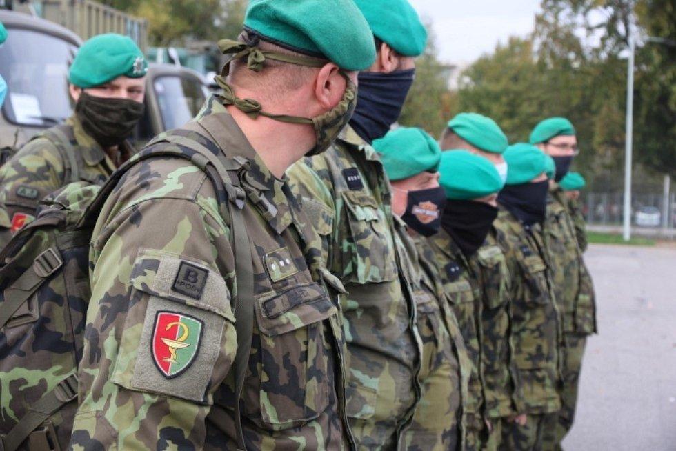Vojáci, kteří se podílejí na výstavbě provizorní nemocnice v areálu letňanského výstaviště v Praze.
