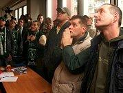 Zasedání zastupitelstva Prahy 10 ohledně způsobu zachování stadionu Ďolíček pro prvoligový fotbal, se konalo v pondělí 12. prosince. Fanoušci netrpělivě sledují vývoj událostí před zasedací místností na obrazovce.