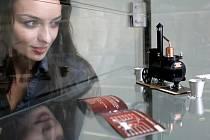 V Centru energetického poradenství PRE v Jungmannově ulici byla ve středu slavnostně zahájena výstava unikátních exponátů s názvem Rekordy plné energie, ve spolupráci s agenturou Dobrý den. Na snímku je nejmenší mobilní pálenice.