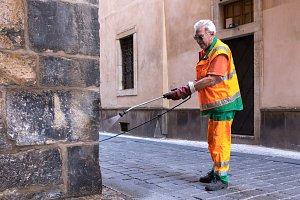 Praha musí dezinfikovat místa znečištěná močí.