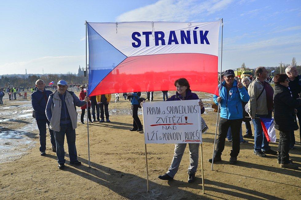 Lidé se na Letné 16. listopadu 2019 scházeli dlouho před oficiálním začátkem demonstrace.