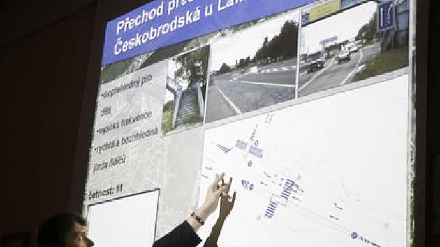 TADY POZOR! Jedno z nebezpečných míst vytipovaných dětmi v Kyjích. Dopravní odborník navrhl opatření ke snížení rizika.
