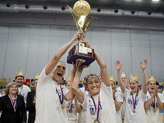 Znovu na trůnu. Basketbalistky USK obhájily titul.