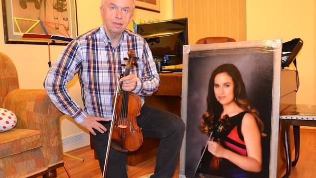 Jaroslav Svěcený ve svém ateliéru s obrazem své dcery Julie, která je už nyní skvělou houslistkou.