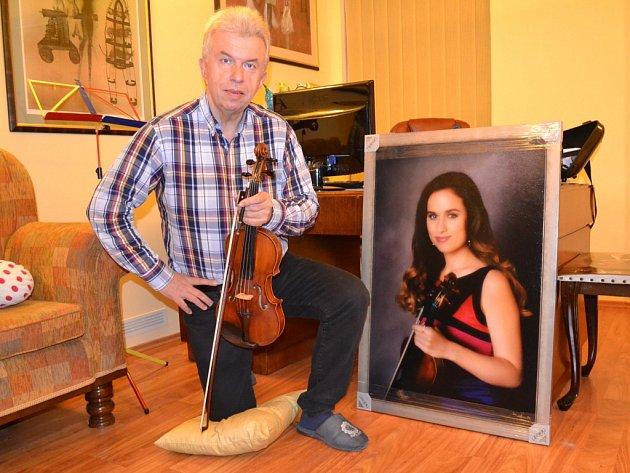 Jaroslav Svěcený ve svém ateliéru sobrazem své dcery Julie, která je už nyní skvělou houslistkou.
