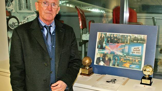 Ivan Bican se sbírkou trofejí svého otce Josefa.