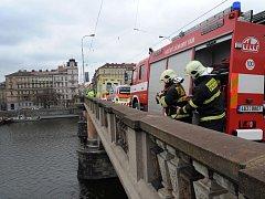 """Na pomoc muži, kterého přihlížející zprvu považovali za sebevraha, avšak ve skutečnosti šlo spíše o """"ztroskotance"""", byli hasiči a záchranáři přivoláni dvacet minut před druhou odpolední. Hasiči si pomohli výsuvným žebříkem."""