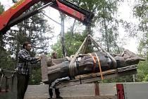 Instalace sochy Radegasta v pražské zoo u výběhu vlků.