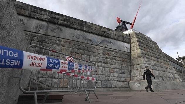 Prostor bývalého Stalinova pomníku na pražské Letné je částečně uzavřen veřejnosti.