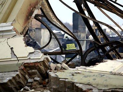 PO POŽÁRU. Ještě v pátek hasiči pokračovali v dohašování Průmyslového paláce. O víkendu se začalo s odklízením zbytků stavby.