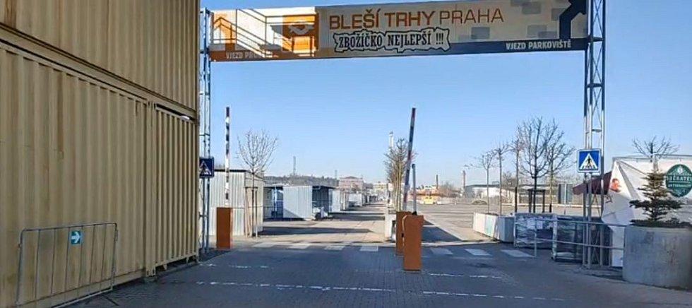 Prázdné prodejní plochy blešího trhu ve Vysočanech.