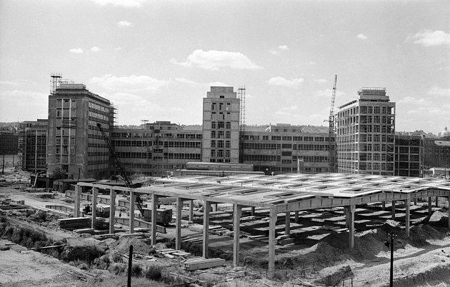 STAVENIŠTĚ. Areál Českého vysokého učení technického těsně před dokončením v roce 1963