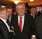 Miroslav Šlouf a Miloš Zeman těsně po vítězných volbách v Top Hotelu Praha, 26. ledna 2013