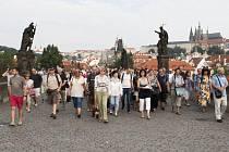 Oslavy 660. výročí Karlova mostu začaly komentovanou prohlídkou Karlova mostu.